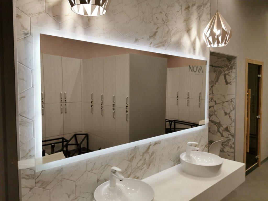 Прямоугольное зеркало с подсветкой в ванной